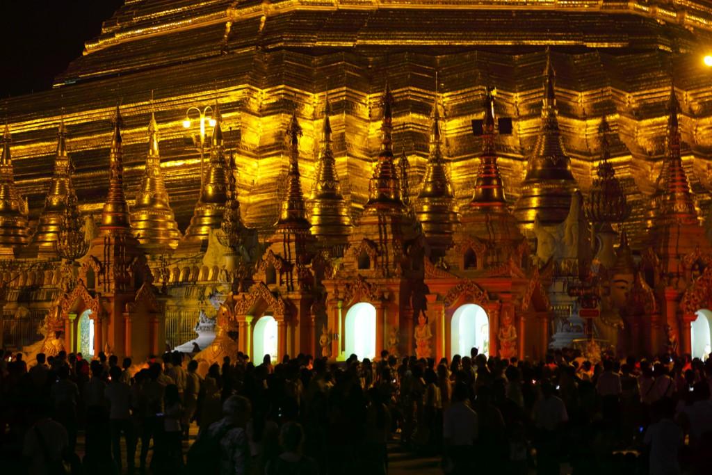 夜の参拝風景